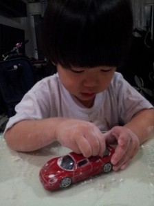 The kids were on dysfunctional mode. Hey mom, someone is using those tang yuen's flour mixture to press into his toy car! OMG.... Whatever!